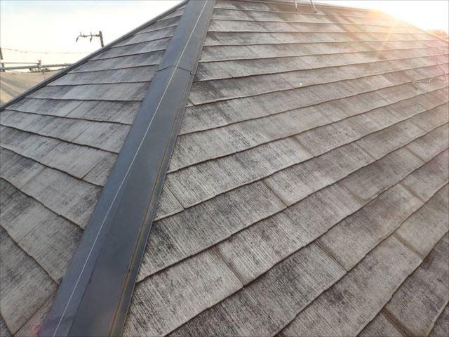 まずは高圧洗浄で屋根の汚れを綺麗に洗い流しました。