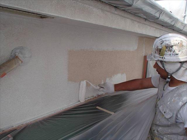 外壁塗装の下塗りには軽微なクラックを埋めてくれるサーフェイサーを使用しました。
