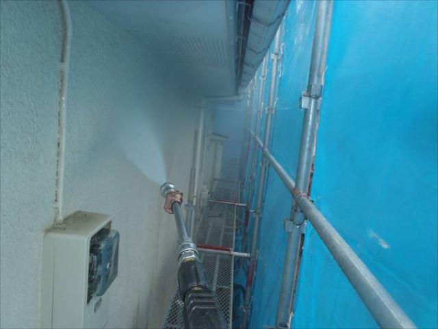 外壁の汚れを高圧洗浄できれいに洗い流します。