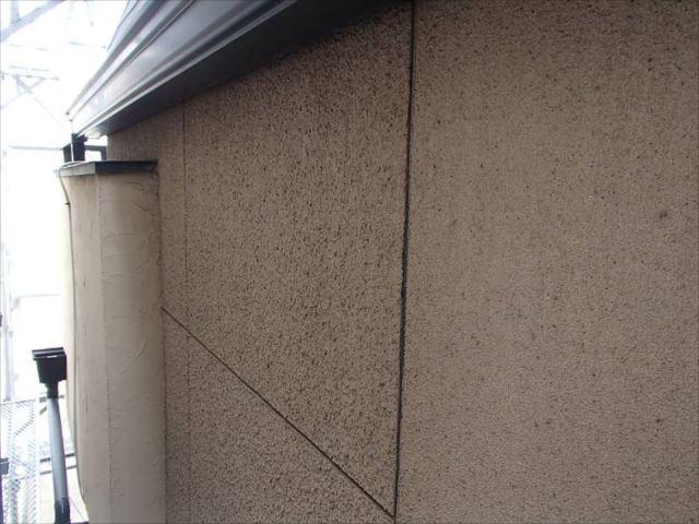 外壁には年数相応の汚れが付着しています。