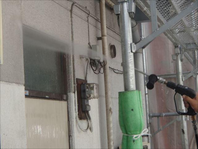 高圧洗浄で外壁の汚れを落とします。
