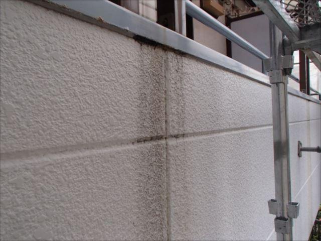 施工前の外壁です。ところどころに雨染みが見られます。