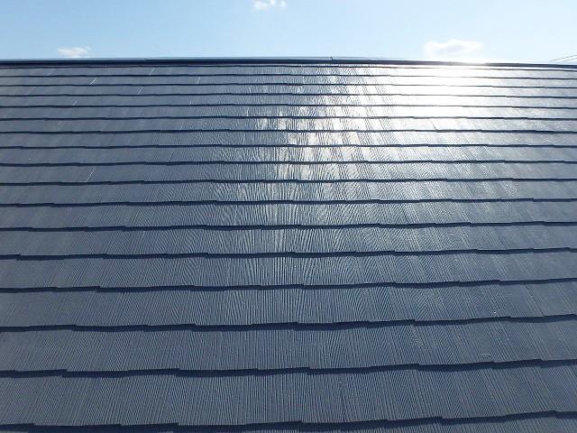 グレーで塗っても屋根は天気が良いと黒っぽく見える