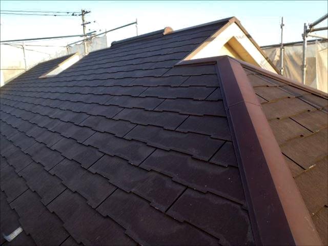 施工前の屋根です。風通しが良い立地のおかげか、ほとんどコケは見当たりませんでした。
