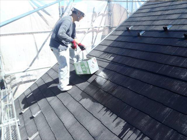 屋根塗装の下塗り中です。