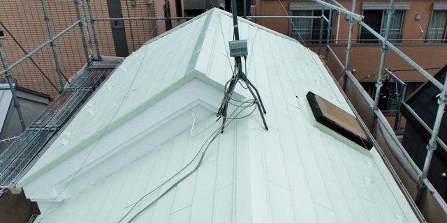 薄いグリーン色で屋根を塗装