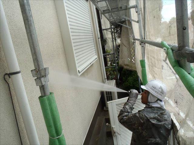 まずは外壁の汚れを高圧洗浄で綺麗に洗い流します。