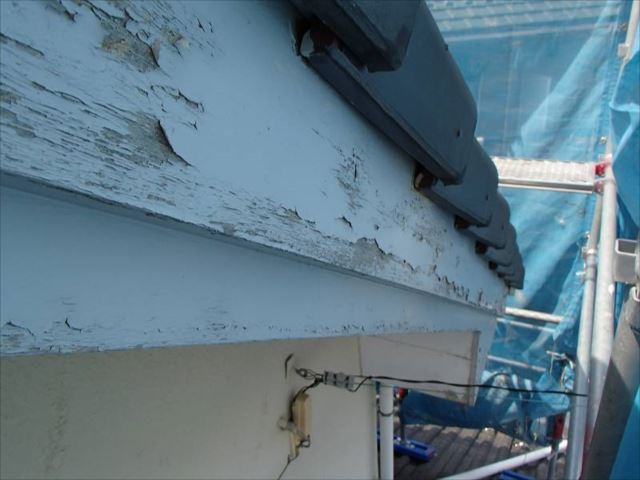 破風板は劣化が激しく、表面がボロボロになっていました。