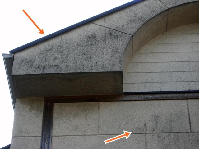 玄関正面が汚れたモノプラル外壁(拡大)