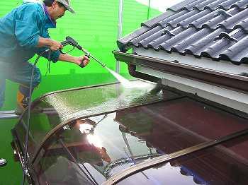 バルコニーの屋根も外壁塗装の洗浄のついでに洗う