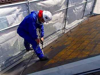 高圧の水で屋根のコケを綺麗に落とす
