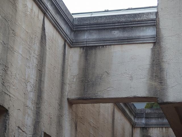 玄関擁壁内が異常に汚れてしまっているモノプラル外壁(拡大)