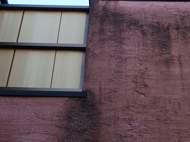 外壁全面が汚れてしまっているモノプラル外壁(拡大)