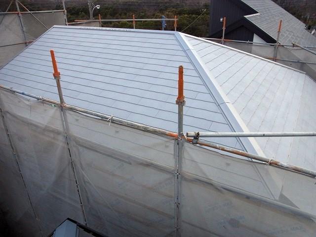 グレーの屋根材を使っている新築