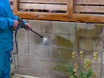 塀の洗浄では、ムラ無く落とすのは困難