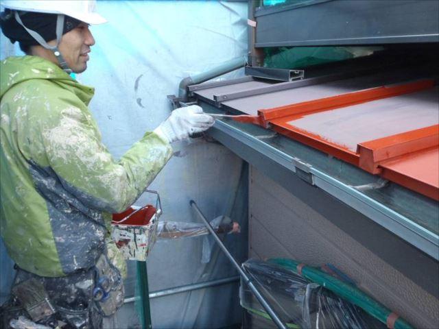トタン屋根には錆止めを塗ってから上塗りを行います。
