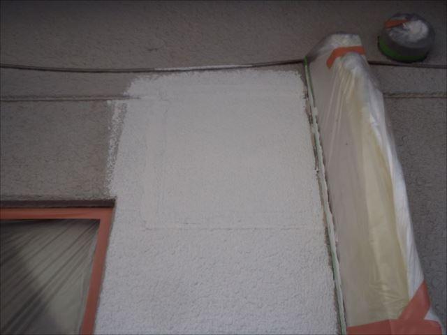最後にマスチック塗装で外壁に模様を付けて下地処理を行いました。この後は通常の塗装作業を行いました。