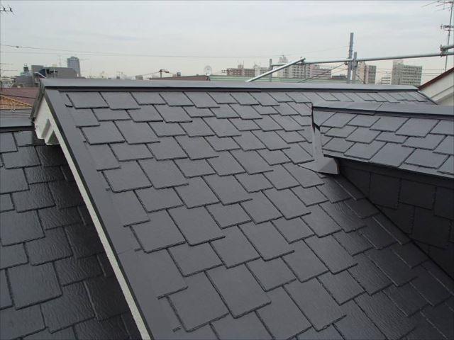 施工後の屋根です。遮熱塗料特有の艶が出ています。