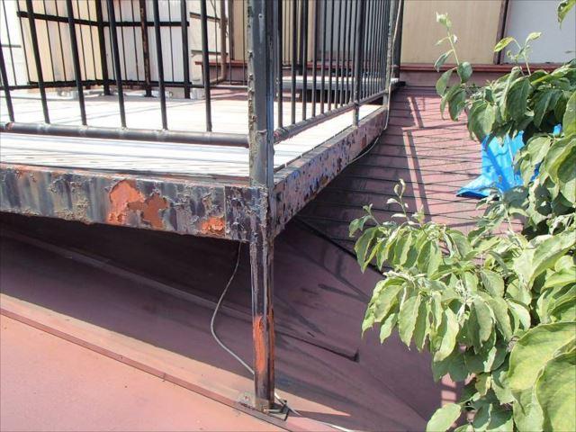 トタン製下屋根の上に置かれた物干しスペース。鉄骨の腐食が激しく危険な状態です。