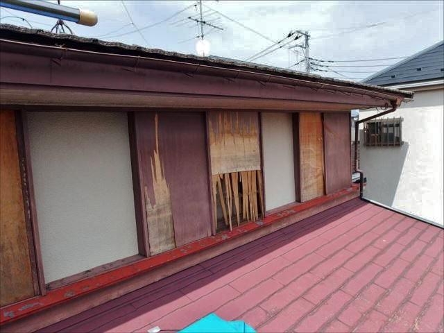 施工前の外壁と雨戸です。木製の雨戸は腐朽により原型を留めていません。