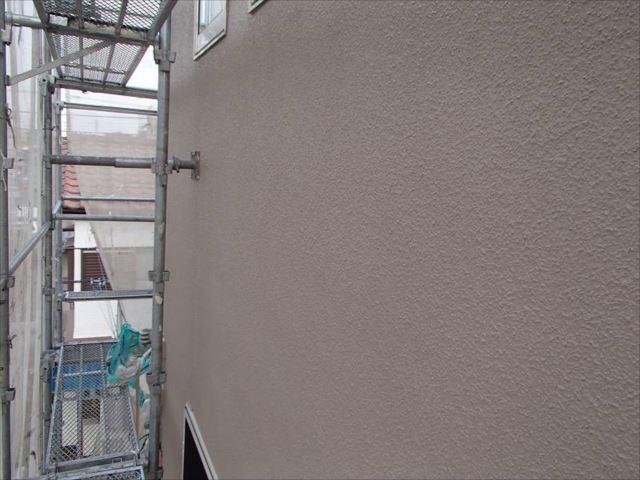 コケや雨染みに悩まされていた外壁も、艶有り塗料のおかげで汚れにくくなります。