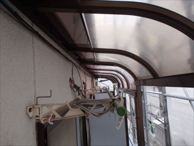 年数も経っているため、屋根パネルもくすんでしまっています