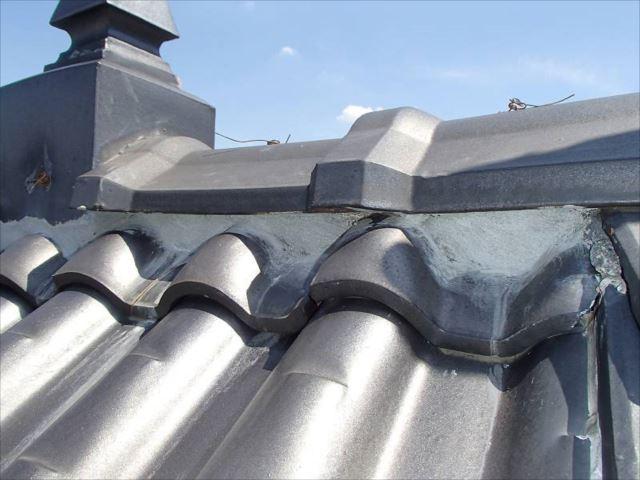 ボロボロになっていた瓦屋根の漆喰は綺麗に補修されました。