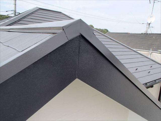 色褪せが酷かった破風板も雨樋と同じ黒で塗装。建物の「枠」を見事に担っています。
