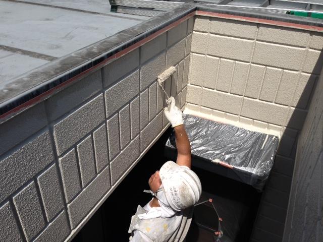 外壁の上塗りは中塗り同様「日本ペイント:パーフェクトトップ」を使用しています。