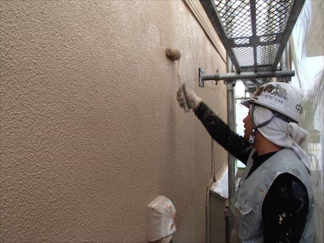 仕上げの上塗り中です。艶消し塗料の「アートフレッシュ」を使用しています。