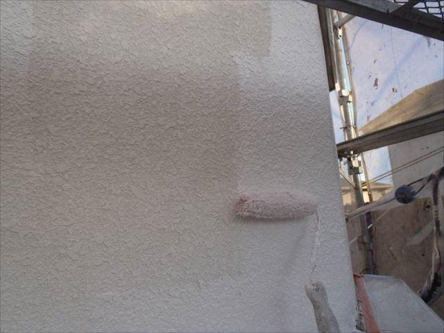 外壁の下塗り中です。