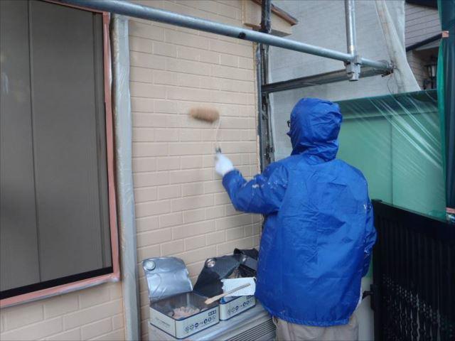 外壁の上塗り中。油性塗料のクリーンマイルドウレタン」を使用しています。