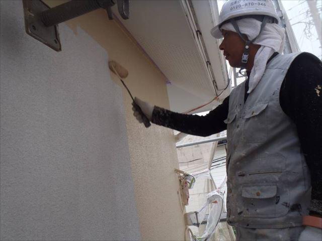 外壁の中塗り中です。「水性セラミシリコン」という塗料を使用しています。