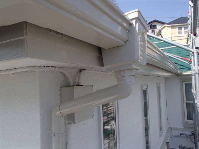 真っ黒に汚れていた雨樋や外壁も真っ白に塗り替えられました。