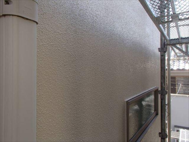 外壁はなめらかな仕上がりです。艶有りなのでコケの付着を防止します。