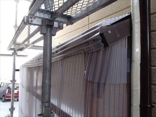 おじいさま手作りの波板屋根。あちこちに傷みや歪みが生じています。