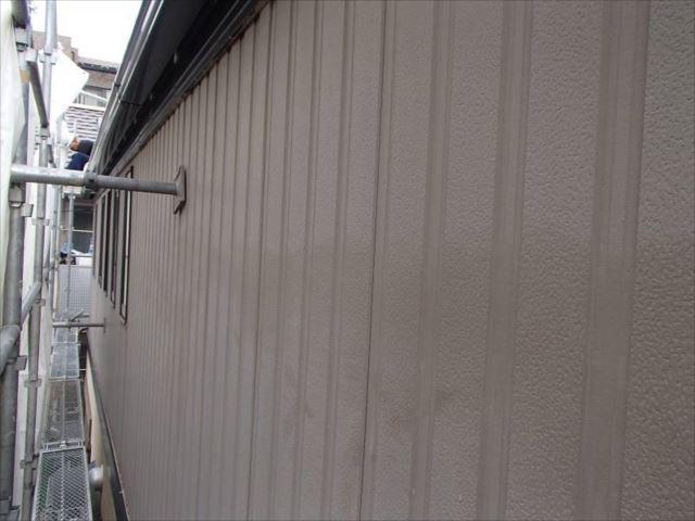 施工前の外壁です。珍しい縦張りタイプのサイディングです。