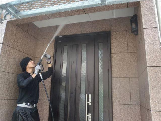 まずは高圧洗浄で外壁の汚れを洗い流します。