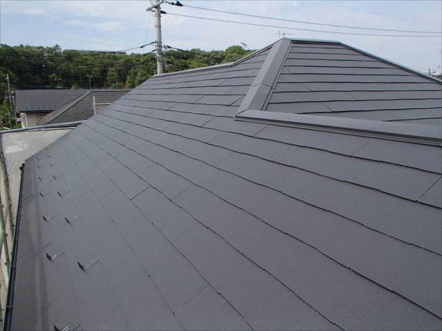 遮熱塗料で塗られた屋根。セピアブラウンが落ち着いた雰囲気を醸し出しています。