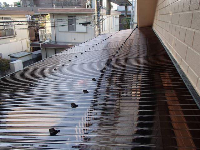 交換したバルコニーの波板屋根。耐久性と強度に優れるポリカーボネート製です。
