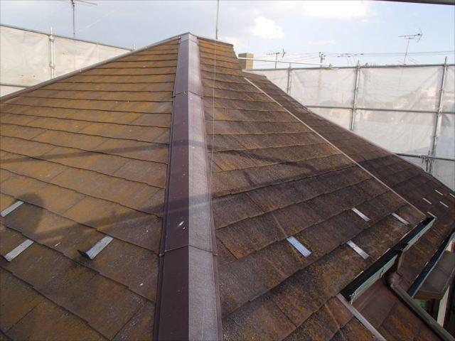 施工前の屋根。全体をコケが覆ってしまっています。やねの下地が見えない状況です。