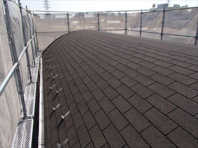 施工前の屋根です。珍しいかまぼこ型の屋根にスレートではなくアスファルトシングルが葺かれていました。