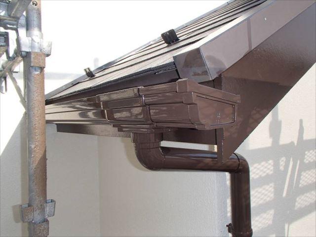 破風板・雨樋もコゲ茶で塗装しました。