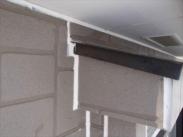 外壁塗装の前にサイディングパネルの目地シールを打ち替えました。