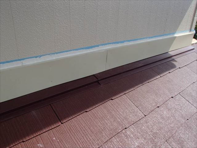 雨漏りの原因だった雨押え。板金の端部にはしっかりシール処理を行っています。