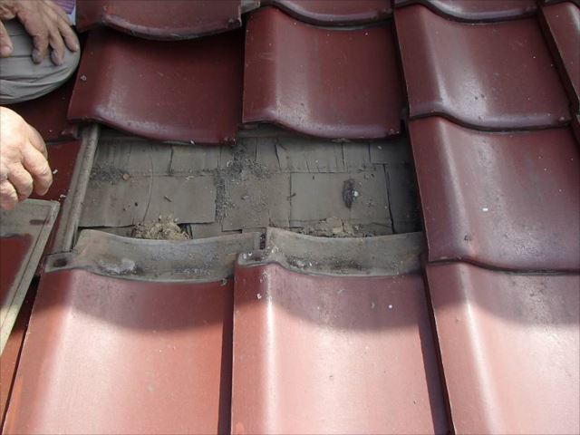 雨漏り箇所の直上の瓦を剥がして雨漏りの原因調査。しかし特に異常は有りません。漏水箇所は別に有るようです。