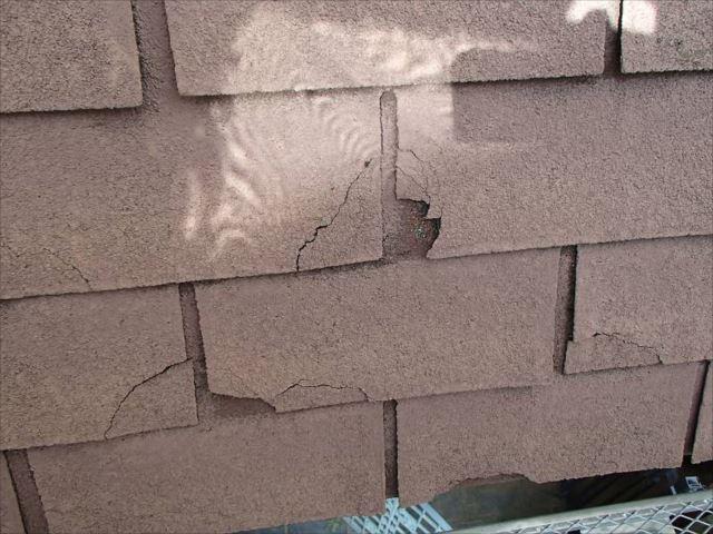 玄関屋根はシングル屋根ですが、劣化が進みボロボロになっていました。