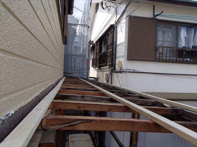 波板屋根を撤去し、下地材の補強を行いました。