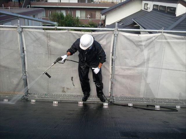 屋根に付いた頑固なコケを強力な水圧で洗い流します。