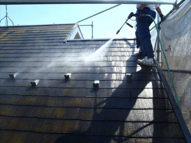屋根の汚れを高圧洗浄で洗い流します。